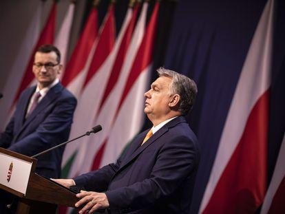 Viktor Orbán (al frente) y Mateusz Morawiecki, en rueda de prensa en Budapest tras reunirse este jueves.