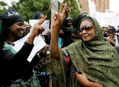 Lubna Hussein saluda a las mujeres que se concentraron a las puertas del juzgado para apoyarla en Jartum.