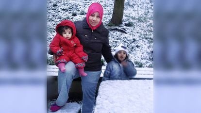 La refugiada siria Halima Nordin junto a sus hijas en Saarbrüken, Alemania en el invierno de 2016.