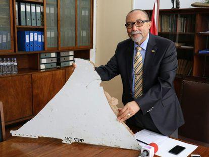 El presidente de Aviación Civil de Mozambique enseña uno de los restos que pueden pertenecer al MH370.