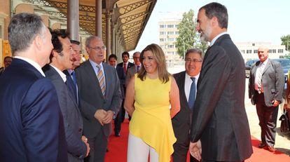El Rey con Susana Díaz, el ministro Juan Ignacio Zoido y otras autoridades en Cádiz.