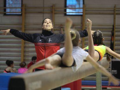 Ángela Domínguez, entrenadora del club de Gimnasia Artística de Pozuelo que desde hace años incorpora metodologías para prevenir los abusos. KIKE PARA