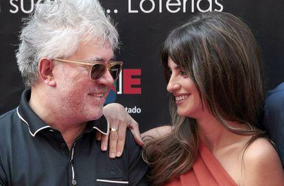 Penélope Cruz y Pedro Almodóvar se miran sonrientes en la inauguración del Paseo de la Fama de Madrid, en la calle Martín de los Heros.
