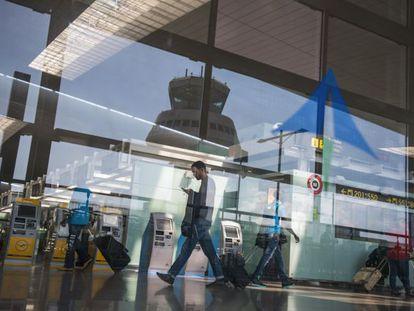 Un pasajero en la terminal T1 del aeropuerto de El Prat de Barcelona.