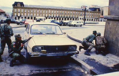 Militares se preparan a retomar el Palacio de Justicia de Colombia, en 1985