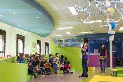 Anfiteatro-tobogán en el aula de infantil del colegio Claver.