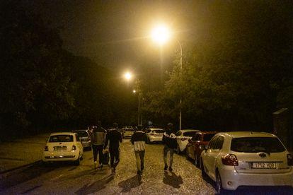 Un grupo de jovenes en las inmediaciones de Moncloa, después de que la policía les requisase el alcohol.