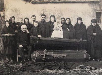 Fotografía <i>post mortem</i> del primer tercio del siglo XX, de autor desconocido, hallada en un archivo particular de Santiago.