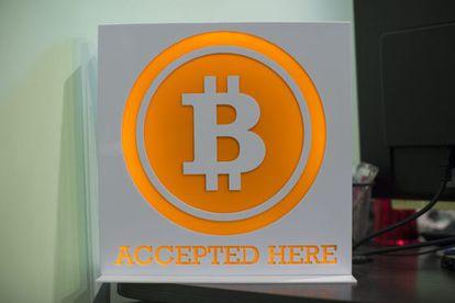 El logotipo de Bitcoin en una oficina de Hong Kong (China)
