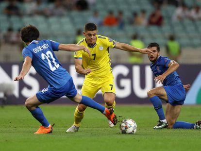 Un jugador de Kosovo (amarillo) regata ante jugadores de Azerbaiyán.