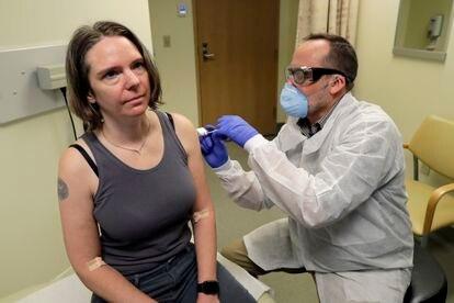 Una voluntaria recibe una vacuna experimental de la empresa estadounidense Moderna el 16 de marzo, en Seattle.