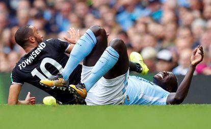 Mendy se duele en el suelo tras lesionarse en el partido contra el Crystal Palace.