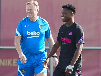 Koeman y Ansu, en el entrenamiento previo a medirse al Benfica.