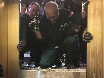 Los servicios de rescate abren las puertas del ascensor averiado el pasado viernes en el rascacielos John Hancock Center, en Chicago.