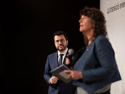 El presidente de la Generalitat, Pere Aragonès, observa a la consellera de Acción Climática de la Generalitat, Teresa Jordà, en un acto, la semana pasada.