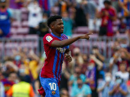 Ansu Fati celebra haber marcado el tercer gol del FC Barcelona frente al Levante en el Camp Nou.