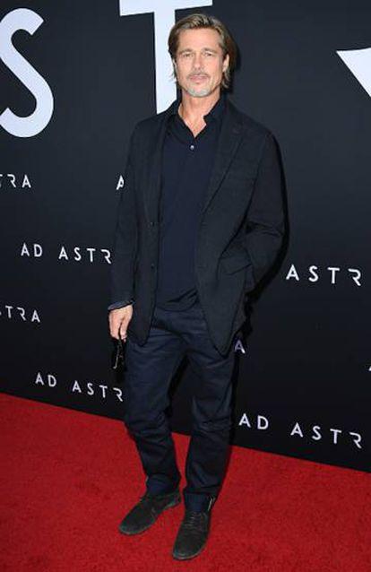 Brad Pitt con americana sport, un polo oscuro y pantalones con dobladillo. El epítome de la naturalidad.