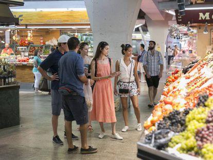 Turistas en un mercado de Barcelona.