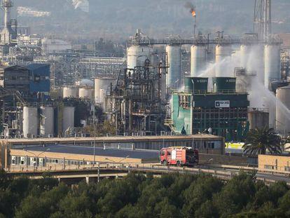 Trabajos de extinción tras la explosión en la empresa Iqoxe de Tarragona, en enero.