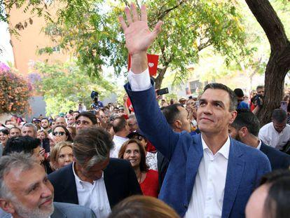 El presidente del Gobierno, Pedro Sánchez, saluda a la gente al inició del mitín que dió este jueves en la capital tinerfeña.