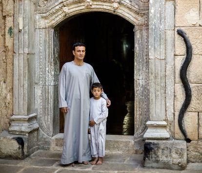 Padre e hijo, en el santuario de Lalesh, el principal templo de peregrinación y culto de la religió yazidí, en el Kurdistán iraquí.