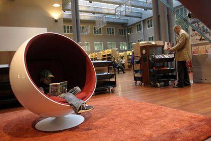 Sala de lectura de la biblioteca de la Ciudad del Arte y el Diseño de Helsinki.