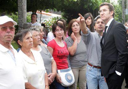 Feijóo con los vecinos de Angrois hace un año, dos días después del accidente.