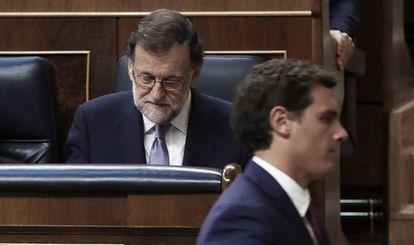 Pleno de Investidura en el Congreso de los Diputados. El presidente de Ciudadanos, Albert Rivera, cruza delante de Mariano Rajoy.