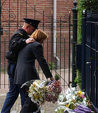 Una mujer coloca flores en el lugar donde fue abatido Fortuyn.