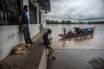 Puerto de Arauquita, Colombia. El bote se dirige a La Victoria, del lado de Venezuela, con víveres y pasajeros. En esos cayucos huyeron los refugiados venezolanos de la guerra.