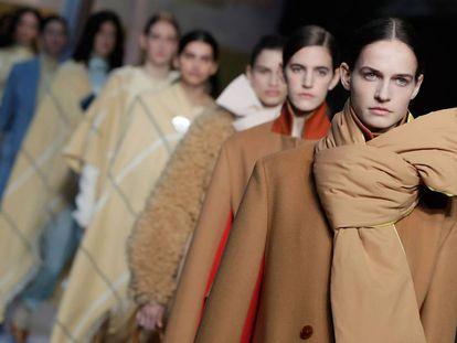 Un grupo de modelos desfilan en la pasarela de Londres el pasado lunes.