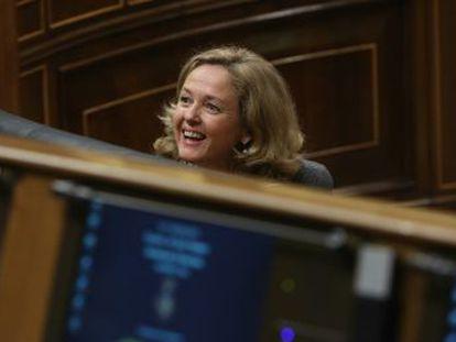 La ministra no descarta mantener las cuentas de Rajoy y adaptarlas con los nuevos impuestos que llevará al Congreso para cumplir con Bruselas
