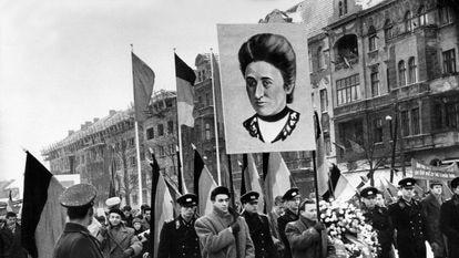 Manifestación por el 40 aniversario del asesinato de Karl Liebknecht y Rosa Luxemburgo, en 1959 en Berlín.