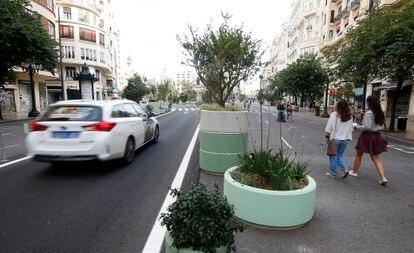 La plaza del Ayuntamiento de Valencia, peatonalizada tan solo con maceteros y pintura.