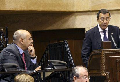 José Luis Bilbao, en un momento del debate de política general en las Juntas de Vizcaya. A la izquierda el portavoz socialista, José Antonio Pastor.