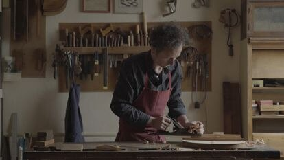Un luthier a punto de abrir su guitarrería en Lavapiés. ZAVAN FILMS