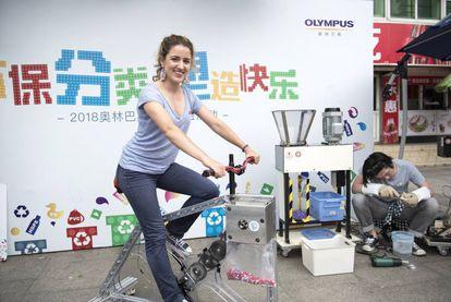 La catalana Andrea Guallar ha desarrollado una bicicleta que tritura plástico con el pedaleo.