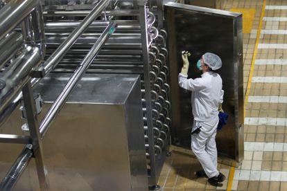 Un trabajador en la planta de Mengniu en Pekín, el año pasado.