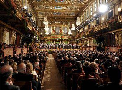 Vista general del Musikverein de Viena (Austria) donde, como cada 1 de enero, la Orquesta Filarmónica de la ciudad ha ofrecido su Concierto de Año Nuevo. Este año el encargado de dirigirlo ha sido, por vez primera, el Daniel Barenboim. A los 66, el maestro argentino-isrelí, se ha convertido en el décimocuarto director con el privilegio de conducir el emblemático concierto desde que comenzó a celebrarse, en 1939.