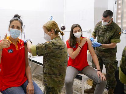 Las jugadoras de la selección española de baloncesto Cristina Ouviña, a la izquierda, y Paula Ginzo, a la derecha, reciben el 28 de mayo la primera dosis de la vacuna de Pfizer en el cuartel de San Juan de la Ribera en Valencia, dentro de su preparación para el Eurobasket. EFE