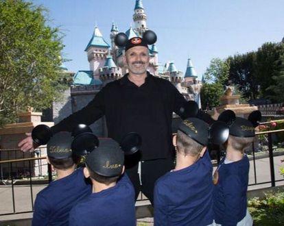 Miguel Bosé con sus cuatro hijos en Disneyland en abril de 2017.
