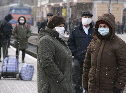 El miedo a la gripe ha hecho que los ucranios se pongan mascarillas.