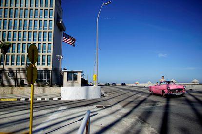 Un coche pasa frente a la embajada de EE UU en La Habana, en 2018.
