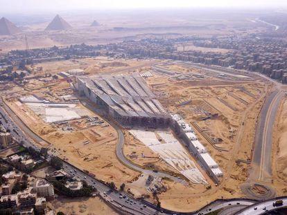 Vista aérea del nuevo Gran Museo Egipcio en construcción cerca de las pirámides de Giza.