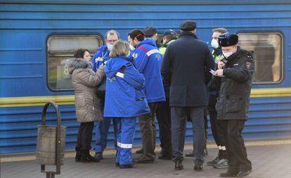 Dispositivo médico en la estación de Kiev de Moscú, después de que un ciudadano chino presentase síntomas similares a los del coronavirus, el 21 de febrero.