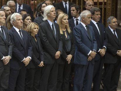 Los hijos de la duquesa de Alba y su viudo, Alfonso Díaz, en el funeral de su madre, el 21 de noviembre de 2014 en Sevilla.