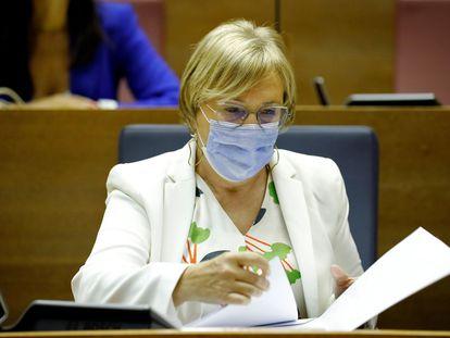 La consejera de Sanidad, Ana Barceló, en su escaño antes del comienzo del pleno de este lunes.