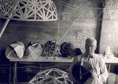 Buckminster Fuller, en 1948, fotografiado por una de sus alumnas en el Black Mountain College (BMC), una universidad en la que el arte era el centro de la educación.  