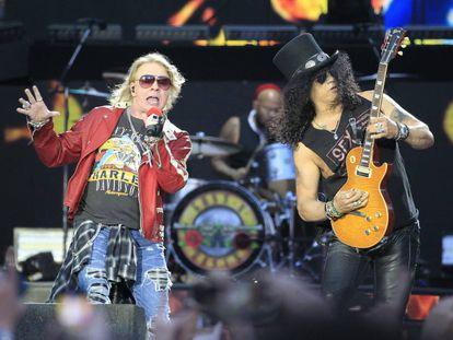 Los integrantes del grupo estadounidense Guns N´Roses, Axl Rose (izquierda) y Slash, durante su actuación en el estadio Vicente Calderón.