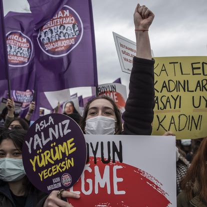 Istanbul (Turkey), 20/03/2021.- Women hold placards and shot slogans during a protest against Turkey's withdrawal decision from the Istanbul Convention, in Istanbul, Turkey, 20 March 2021. Turkish President Recep Tayyip Erdogan pulled Turkey out of the Istanbul Convention which is an international accord designed to protect women. The Istanbul Convention is an international agreement by the Europe Council that started in 2011 for the Prevention of Violence against Women and Domestic Violence and signed by 46 countries to date. (Protestas, Turquía, Estanbul) EFE/EPA/ERDEM SAHIN